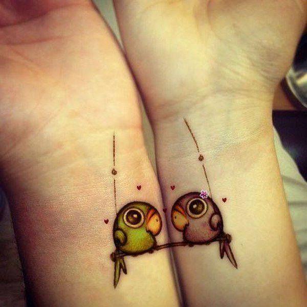 tatuaje de pajaritos en la muñeca