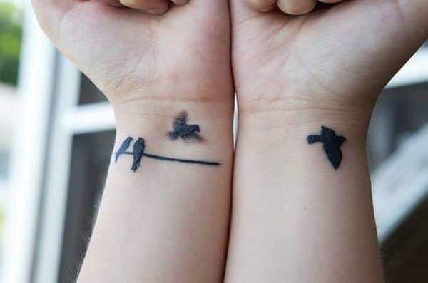 tatuaje de pajaritos en las dos muñeca