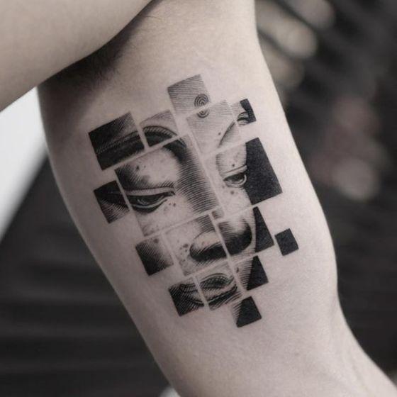 caras tatuajes en el brazo