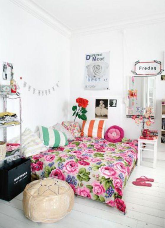 habitacion juvenil llena de color