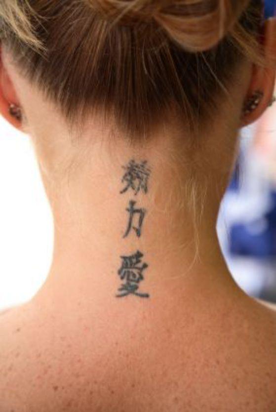 tatuaje letras chinas en el cuello