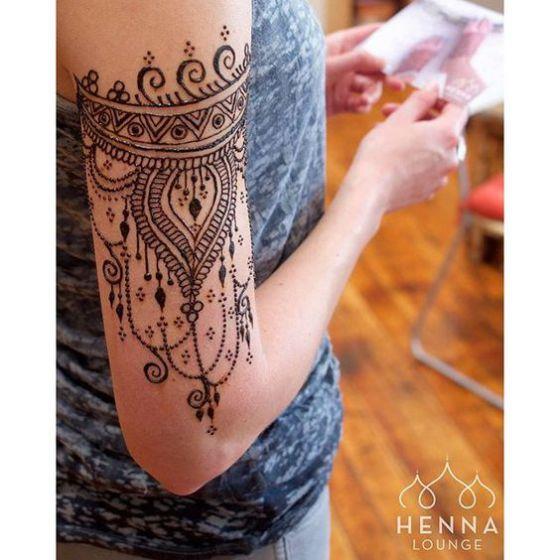 tatuaje de henna en el brazo