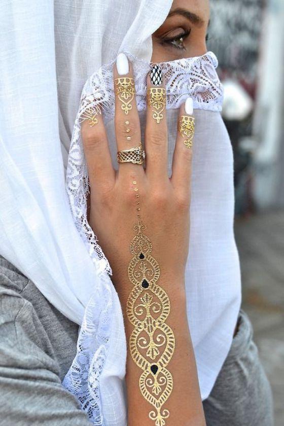 tatuaje de henna en los dedos