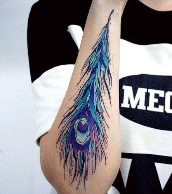 pluma de pavo real tatuaje